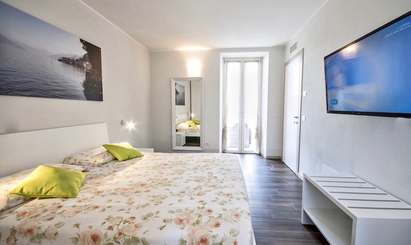 holiday apartment with bed, television and access to the terrace